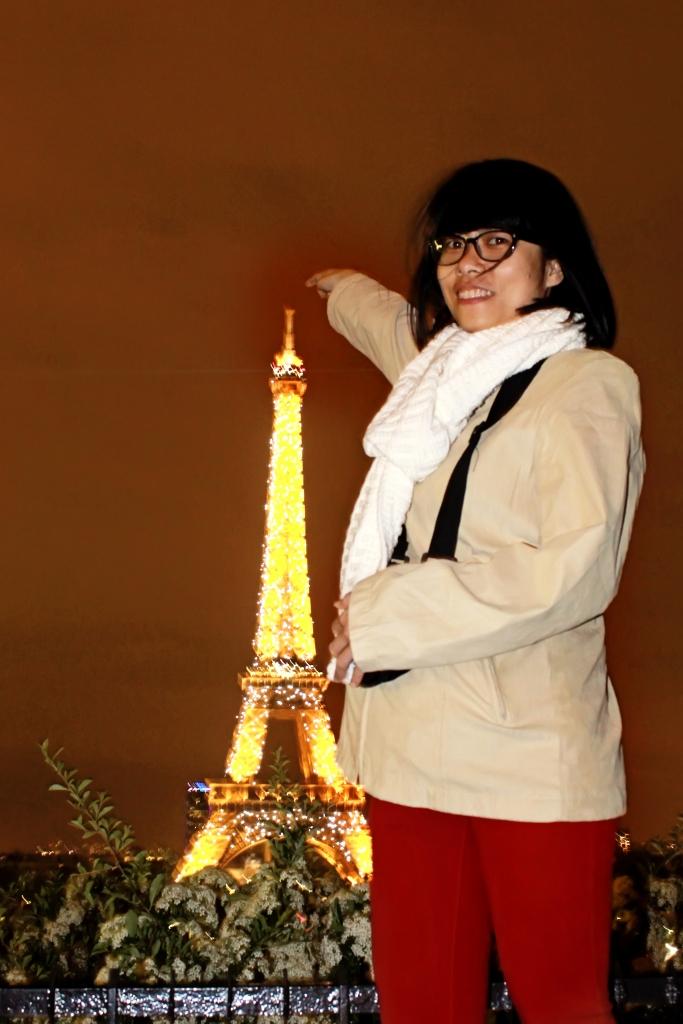 Người khổng lồ bên tháp Eiffel :D