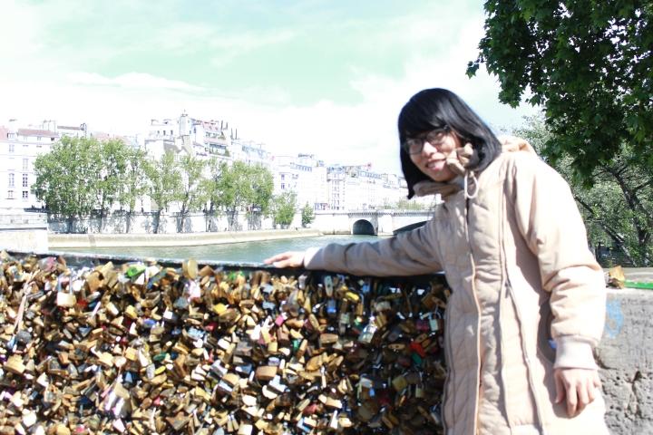 Một trong những cây cầu nối 2 bờ sông Seine với thành cầu treo đầy ắp khóa tình yêu