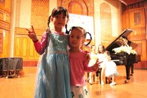 Hai chị em tại buổi thi hết Pink của chị Titi